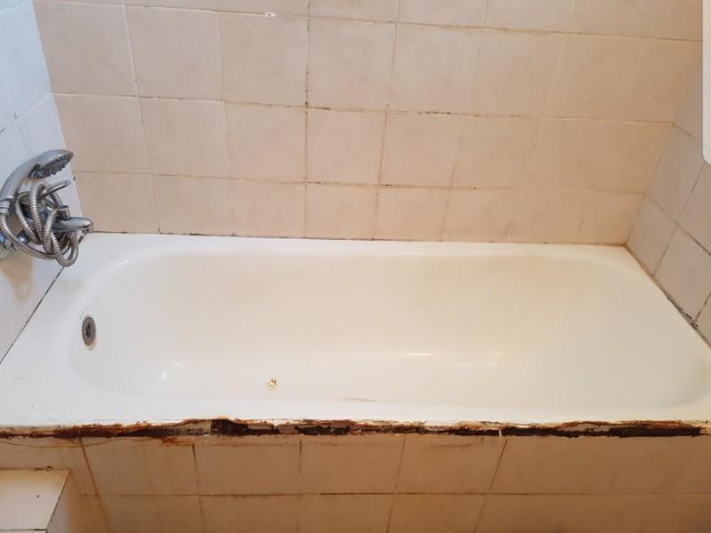 אמבטיה חלודה שדורשת חיפוי