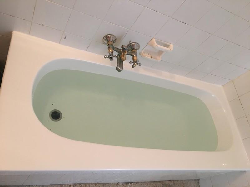 אמבטיה לאחר ניקוי ותיקון חלודה באמבטיה