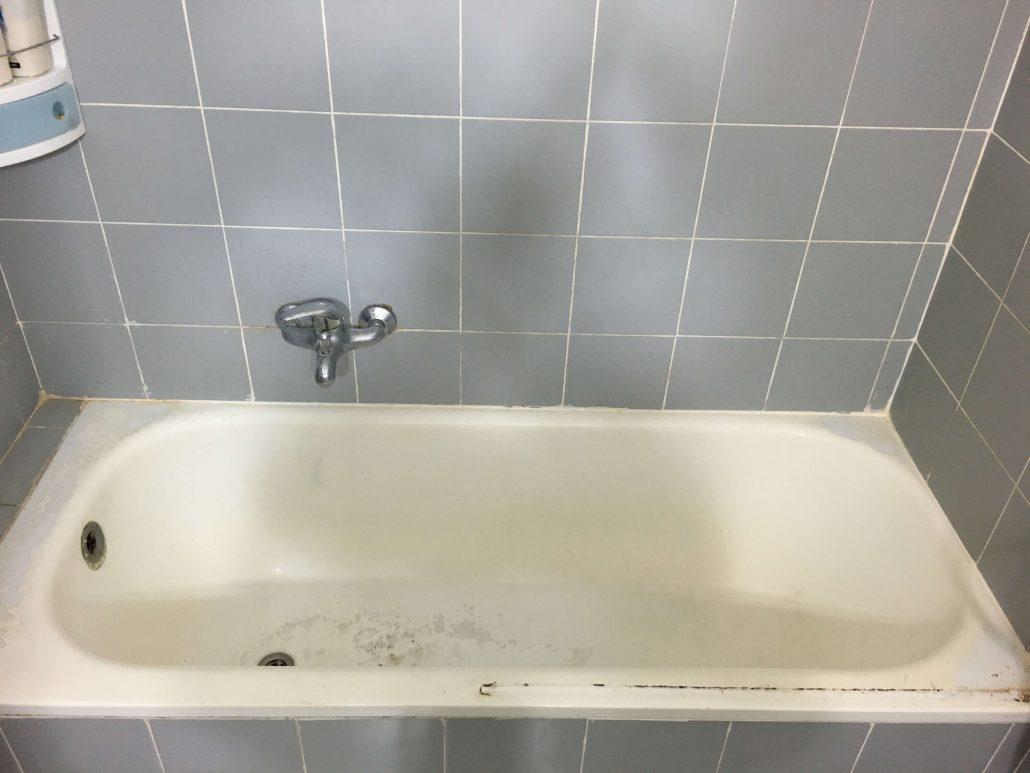 אמבטיה ישנה לפני ציפוי